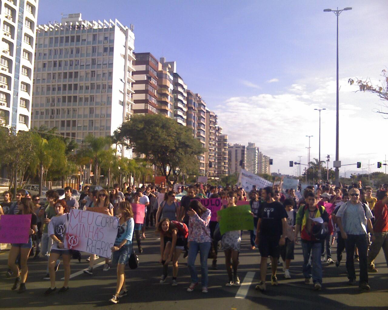 #MarchadaLiberdade em #Floripa fechou uma das faixas da beiramar
