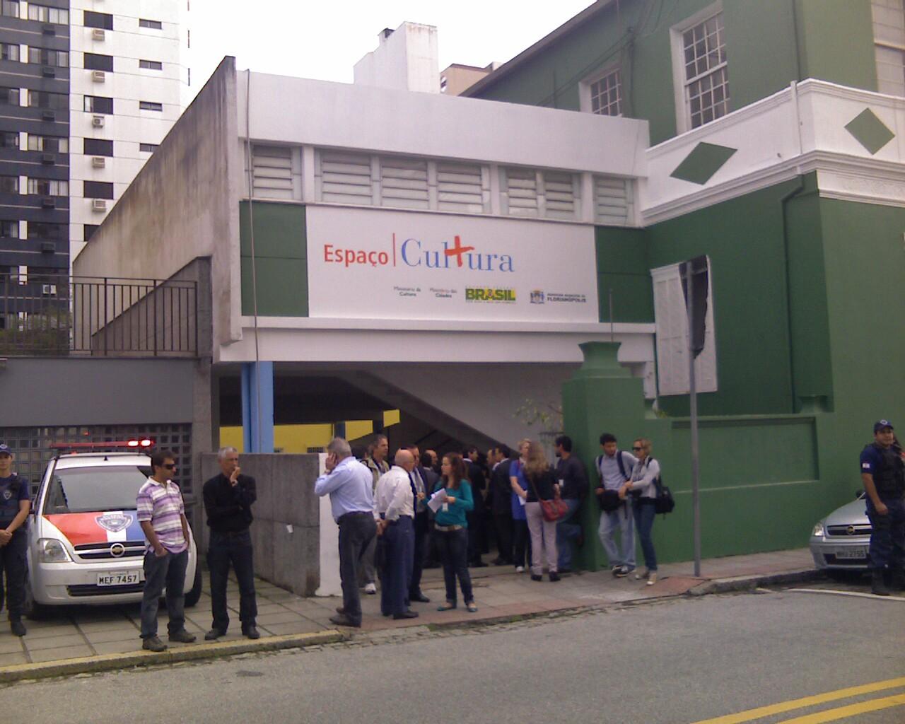 Galera esperando a Ministra @anadehollanda na inaugurao do Mais Cultura em #Floripa