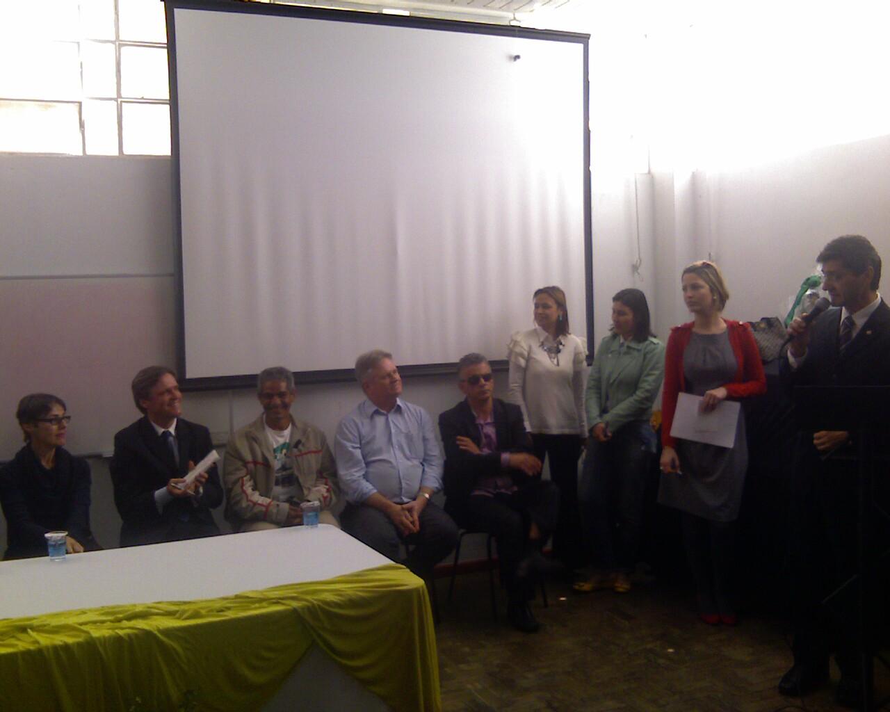 O @deputadojailson convida Clair, representante dos moradores pra ocupar o seu lugar na mesa