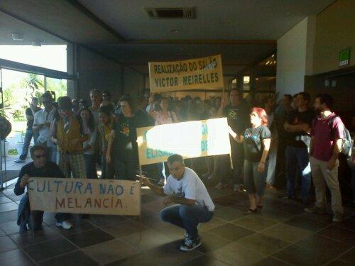 Manifestantes entram no CIC