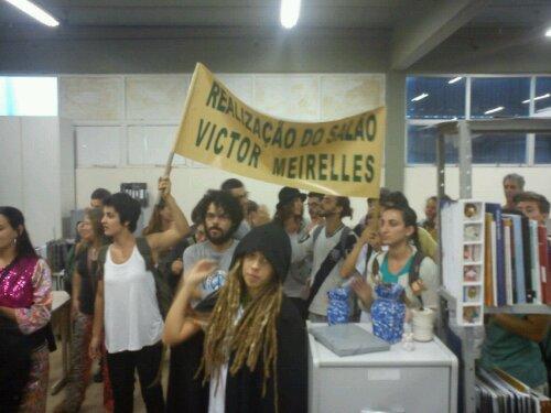 Manifestantes entram na sala do Presidente da FCC 1