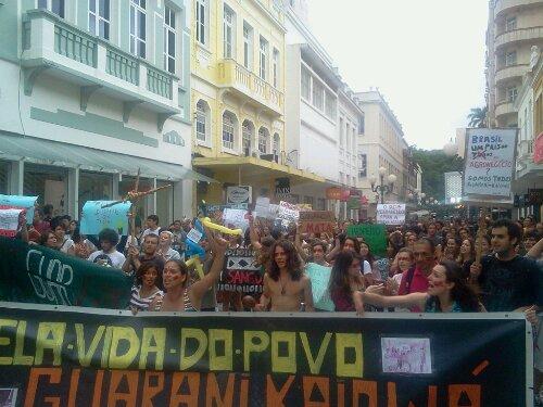 Manifestação #SouGuaraniKaiowa #Floripa segue pela Felipe Shimidt
