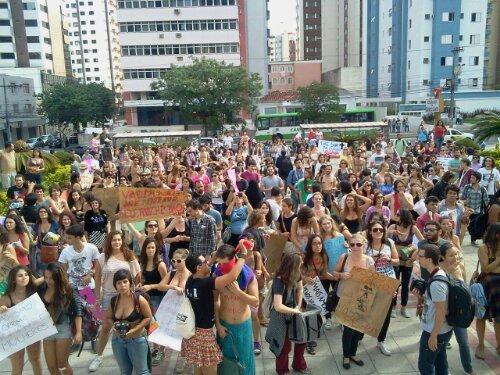 #MarchadasVadias #Floripa no pátio da Igreja Universal