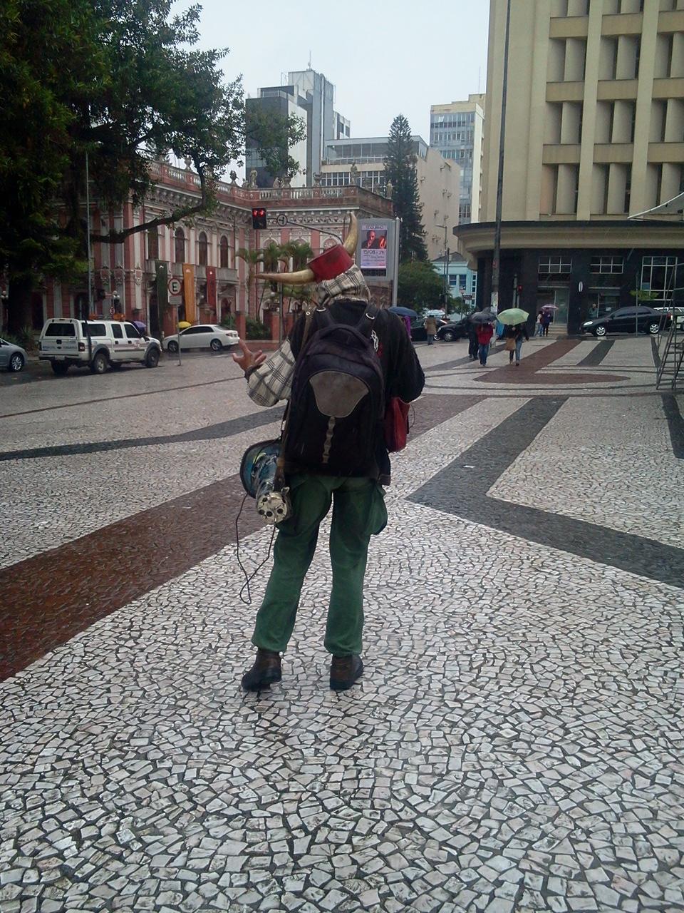 homem_do_chifre_na_chuva